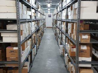 מגוון של מדפים למחסן