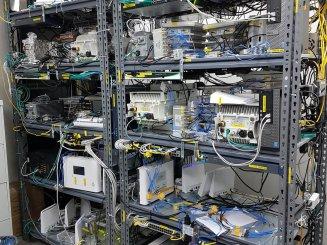 מגוון מדפים לאחסנה קלה במחסן